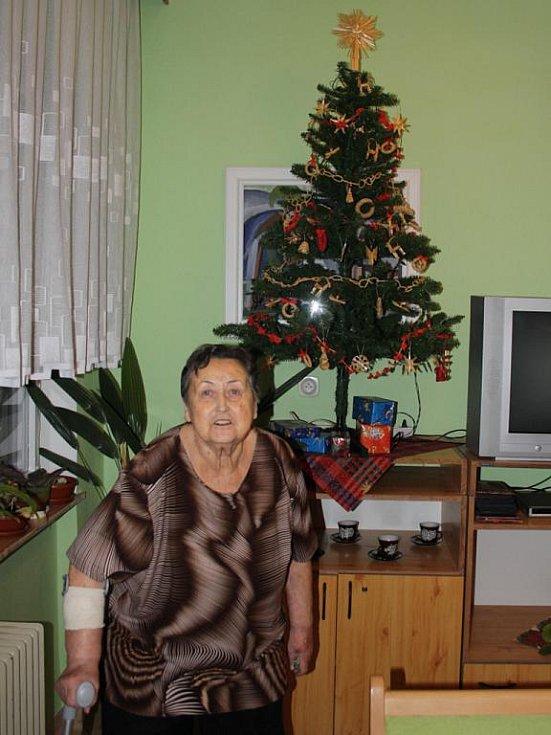 Čtyřiaosmdesátiletá Věra Hloušková ze Vsetína, trávila letošní Vánoce v Domově pro seniory v Podlesí.