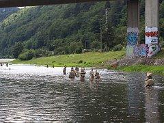 Kamenné mohyly, které plní koryto řeky Bečvy na Ohradě v úseku od splavu směrem k městu, přitahují pozornost.