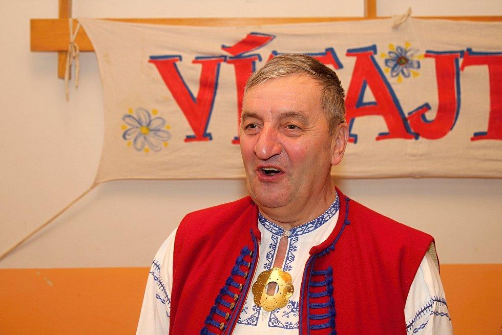 Členové Spolku pro zachování valašských tradic uspořádali 1. února 2020 na Jasence na Moštárně devatenáctý ročník soutěže O najlepší hňápané zelé. Nad regulemi dohlížel  také starosta spolku Augustin Krytstyník.