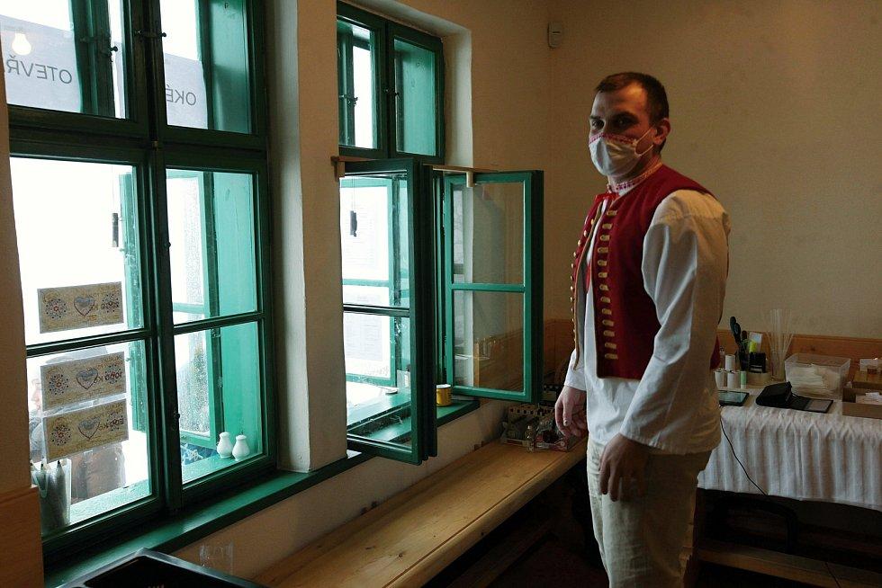 Pracovní tým Libušína baví o víkendech návštěvníky novou atrakcí - výdejní okénko mění v improvizovaný orloj; sobota 30. ledna 2021