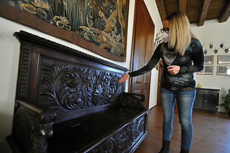 Kristýna Pončíková z Muzea regionu Valašsko ukazuje nádherné bohatě vyřezávané dřevěné lavice s erby rodu Kinských na Zámku Lešná u Valašského Meziříčí.