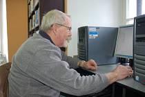 Ve valašskomeziříčské knihovně se věnují počítačovým začátečníkům.