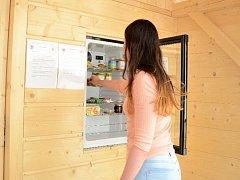 V Rožnově pod Radhoštěm nově funguje veřejná lednice, která je přístupná každému čtyřiadvacet hodin denně. Provozují ji majitelé bezobalové prodejny Zdravé já.