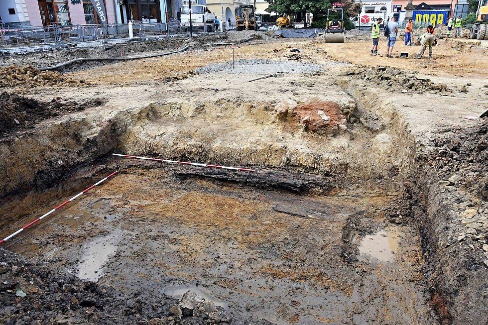 Během záchranného průzkumu při revitalizaci náměstí ve Valašském Meziříčí objevili archeologové základy barokní kašny ze 17. století a část dřevěného kanálu, který z ní odváděl vodu; srpen 2021