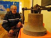 Znovuobjevený zvon z roku 1728 si na Svatováclavské křivské slavnosti v sobotu 23. září 2017 v Podlesí přišel prohlédnout místní pamětník Jan Kabeláč.