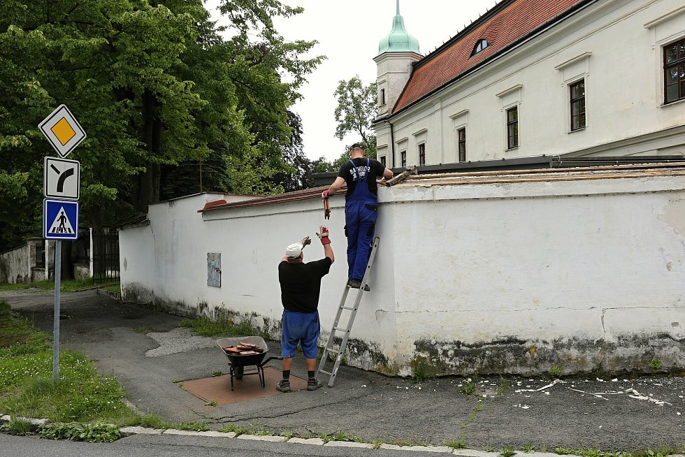 Dělníci pracují na rekonstrukci zámecké zdi a vstupních schodů u historické budovy zámku Vsetín; červenec 2020