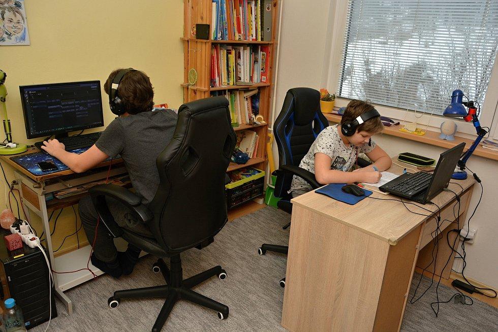 Sourozenci Helisovi se učí on-line oba v jednom pokoji. Jako každý den i 10.2.2021 se připojili do výuky. Mojmír chodí do čtvrté, Jan do osmé třídy.