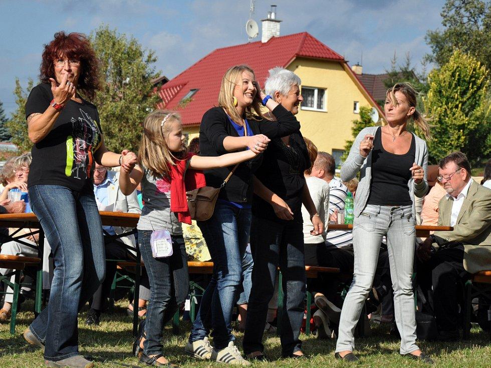 Lidé tančí při koncertě kapely Pavel Novák mladší & Family na Dni města Zubří při oslavách desátého výročí získání statutu města; Zubří, sobota 8. září 2012