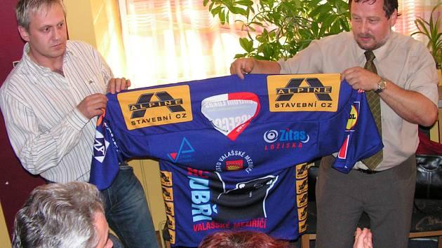Manažer Bobrů Petr Kovář (vlevo) a předseda oddílu Josef Vávra představují dres pro jednatele společnosti Alpine,