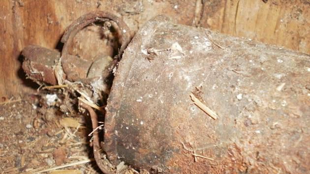 granát ležel pečlivě ukrytý ve starém včelíně. Majitel jej našel, když budovu čistil.