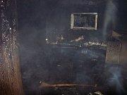 Požár zasáhl podkroví domu.