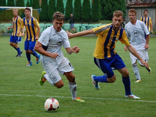 Fotbalité Velkých Karlovic+Karolinky (bílé dresy) ve druhém kole divize E prohráli v Kozlovicích 1:3.