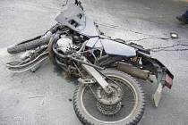 Motorkář čelně narazil do osobního auta v protisměru.