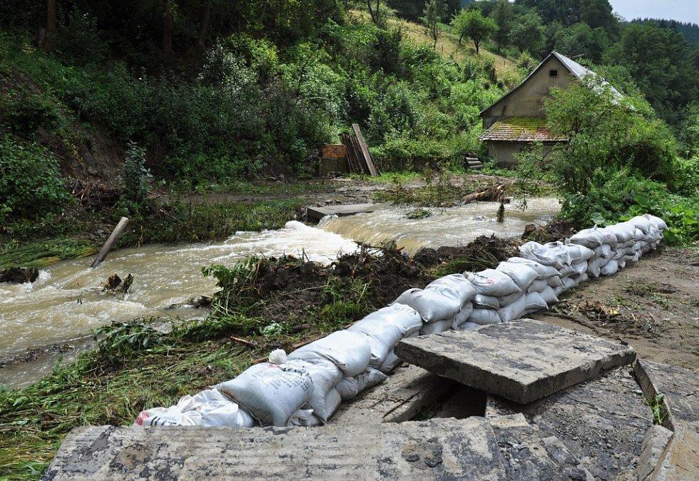 Následky silné bouřky a rozvnodnění Semetínského potoka ve vsetínské městské části Semetín; pondělí 1. srpna 2016
