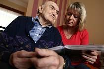 Řada dobrovolníků tráví čas s osamělými starými lidmi. Dlouhé chvíle jim krátí třeba čtením. Ilustrační foto: