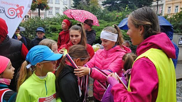 Tradičního Běhu Valašským Meziříčím se v sobotu 5. října 2019 navzdory nepřízni počasí zúčastnili desítky dětí a dospělých.