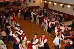 Na Valašském bále ve Valašské Polance si zatančilo více než tři sta návštěvníků. Z toho asi šedesát nastrojených do místních krojů.