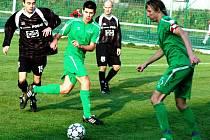 Divizní fotbalisté Velkých Karlovic + Karolinky (v zelených dresech).