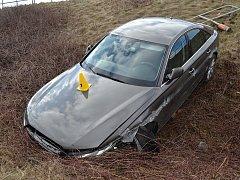 Jedenašedesátiletý řidič ze Vsetínska se v neděli 25. března 2018 plně nevěnoval řízení. Při výměně CD v přehrávači vozu vyjel ze silnice a havaroval ze srázu.