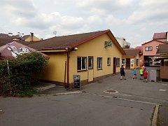Vsetínský bar Victoria, před kterým v sobotu večer napadl čtyřicetiletý Rumun dva muže mačetou.
