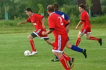 V utkání vsetínské IV. třídy Loučka (červené dresy) porazila Krhovou B 1:0.