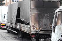Plameny v noci na 1. máje zcela zničily jedno nákladní auto. Druhé silně poničily. Dějištěm události se stalo parkoviště před areálem bývalé vsetínské Zbrojovky.