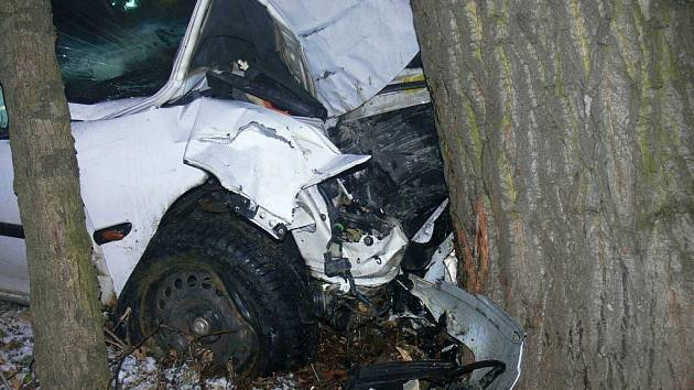 Podnapilý řidič havaroval čelně do stromu.