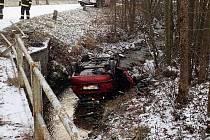 Hasiči vyprošťují v úterý 3. prosince 2019 z koryta říčky v údolí Stanovnice v Karolince havarovaný vůz Škoda Fabia Combi.