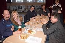Na 40 příznivců nejznámější valašské tekutiny se sešlo v sobotu v sále Kulturního domu ve Střelné. Přilákal je 13. ročník Střelenského koštu slivovice.