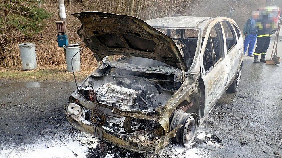 Profesionální a dobrovolní hasiči likvidují v sobotu 27. března 2021 v Malé Bystřici na Vsetínsku požár osobního vozu Renault Scénic.