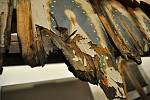 Ohněm poničené dřevěné části původní chaty Libušín na Pustevnách; Valašské muzeum v přírodě v Rožnově, Sušák, 1. patro, srpen 2020