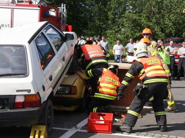 Ve Valašském Meziříčí se ve čtvrtek konal 17. ročník oblastní soutěže profesionálních hasičů ve vyprošťování osob z havarovaných vozů.