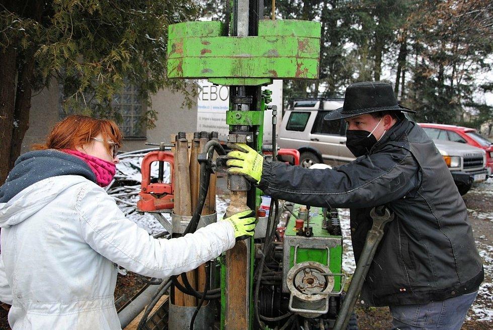 Geolog Tomáš Proisl s asistentkou při geologickém průzkumu v místě budoucího Výzkumného, vzdělávacího a inovačního centra pro mladé v areálu valašskomeziříčské hvězdárny; čtvrtek 7. ledna 2021