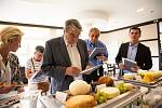 Sexuolog Radim Uzel coby člen hodnotící poroty ochutnává v sobotu 18. května 2019 ve Spa hotelu Lanterna ve Velkých Karlovicích vzorky sýrů přihlášených do 9. ročníku soutěže O nejlepší valašský sýr.
