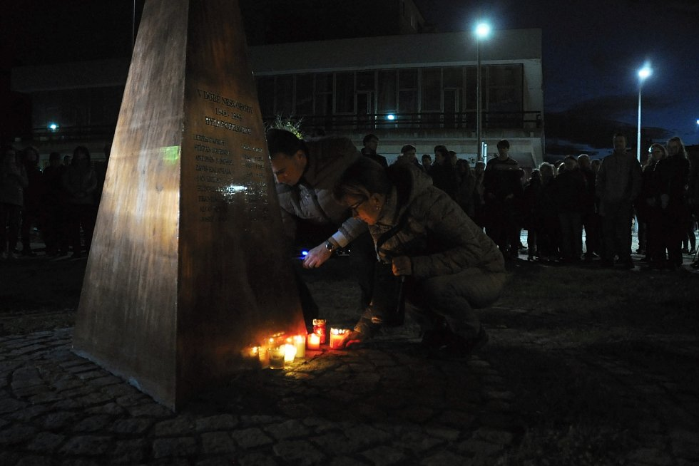 Lidé zapalují v neděli 17. listopadu 2019 svíčky u památníku obětem totalitních režimů v Panské zahradě ve Vsetíně u příležitosti oslav 30. výročí sametové revoluce.