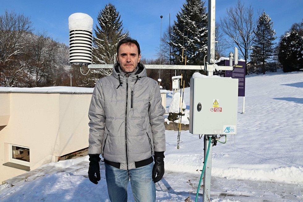Meteorologické přístroje v areálu Hvězdárny Vsetín obsluhuje odborný pracovník Pavel Svozil.