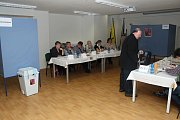 V Zubří u Valašského Meziříčí volili obyvatelé kromě nového prezidenta republiky také v místním referendu. V jedné volební místnosti tak byly dvě hlasovací schránky.