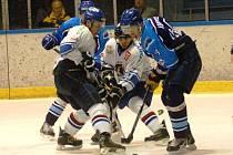 Hokejisté Valašského Meziříčí (modré dresy) v prvním utkání barážové série podlehli doma Orlové 3:4 v prodloužení.