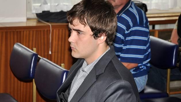 Obžalovaný jedenadvacetiletý Lukáš Holub z Prostřední Bečvy (v obleku) stanul ve čtvrtek 11. září 2014 před senátem Okresního soudu ve Vsetíně. Zodpovídá se z usmrcení z nedbalosti, za které mu hrozí jeden až 6 let vězení.