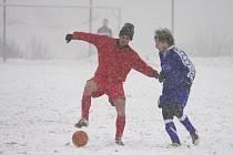 Ve sněhové kalamitě se za celou neděli na Valašsku odehrál jediný zápas, Valašské Meziříčí B (modré dresy) remízovalo s Hovězím 2:2.