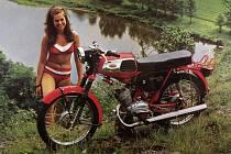 Součástí výstavy na zámku jsou také dobové snímky propagující motocykly.