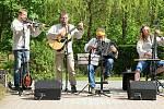 Kapela Dareband ze Vsetína koncertuje v areálu Domova pro seniory v Karolince - Bzovém; čtvrtek 21. května 2020.