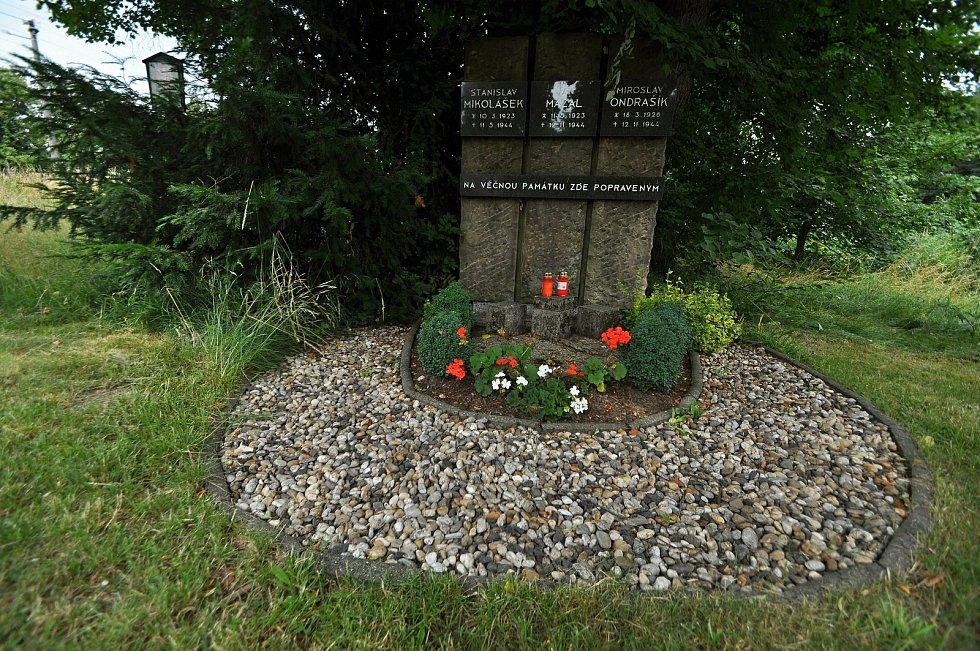 Poličná - pomník u mostu přes Bečvu připomínající tři vlastence Stanislava Mikoláška, Jana Mazala a Miroslava Ondrašíka, kteří byli v těchto místech popraveni v roce 1944.