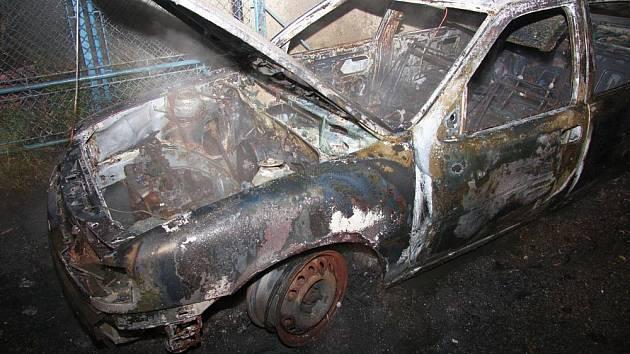 Plameny zaparkovaný vůz zcela zničily, když majitel spal