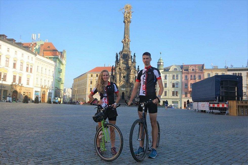 Čtyřiadvacetiletá Barbora Olivková a o rok mladší Jan Szyszkowicz projedou na koloběžce Moravu a Slezsko. Jízdou symbolicky propojí všechny pobočky Mobilního hospice Strom života.