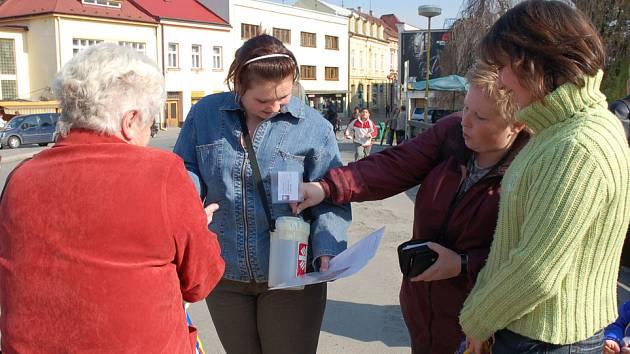 Pět set perníčů upekli a nazdobili ve Valašském Meziříčí žáci tamní Integrované střední školy, aby prodejem finančně podpořili místní azylový dům.