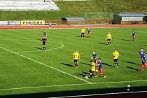 Fotbalisté Valašského Meziříčí (modré dresy) doma na úvod nové sezony podlehli Kozlovicím 0:2.