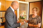 Manželé Hulíkovi z Valašského Meziříčí slaví smaragdovou svatbu. Na snímku paní Annemarii Hulíkové blahopřeje místostarosta Valašského Meziříčí Josef Vrátník.