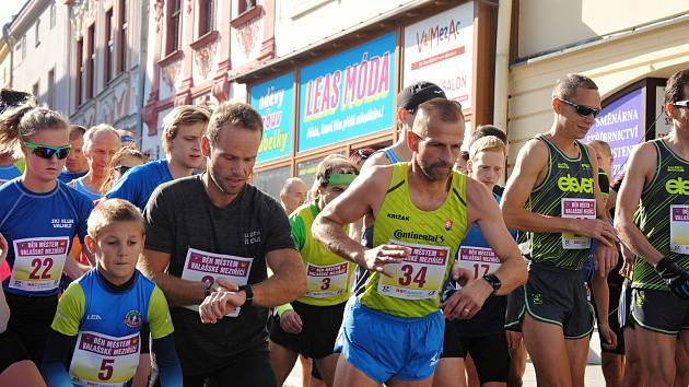 Na start Běhu městem se v sobotu 6. října 2018 ve Valašském Meziříčí postavilo 51 závodníků od žáků po veterány.