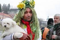 Vsetínští vodáci zahájili sezonu na Bečvě. Řeku jim symbolicky odemkl Jiří Čunek, kterému klíče předal vodník Bečvoch
